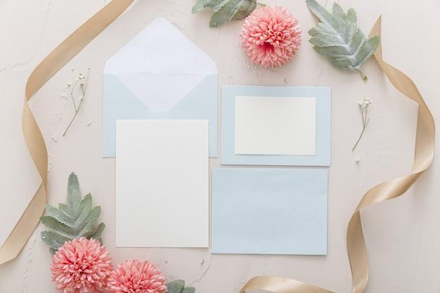 Vista superior do convite de casamento com espaço de cópia