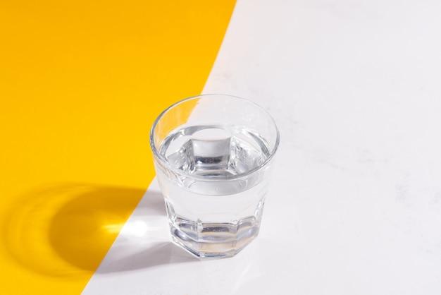 Vista superior do copo de água fria fresca