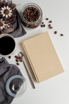 Vista superior do copo de café com agenda de espaço de cópia