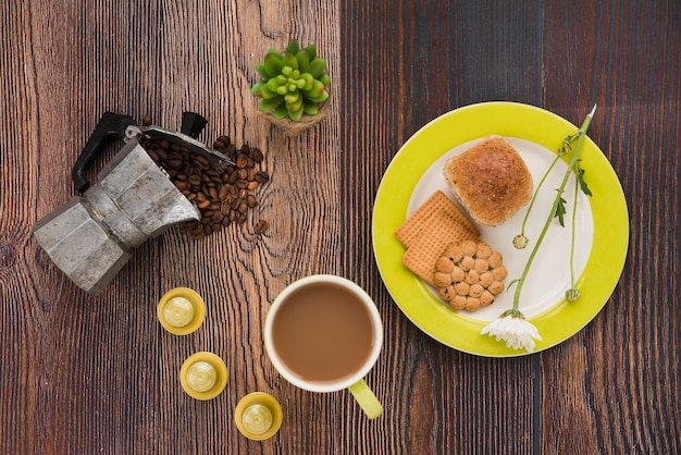 Vista superior do copo de café com café da manhã