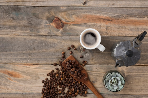 Vista superior do copo de café com cafeteira