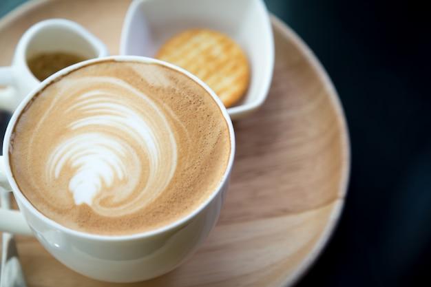 Vista superior do copo de café com espuma