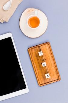 Vista superior do copo de chá com carta dices