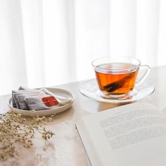 Vista superior do copo de chá com livro