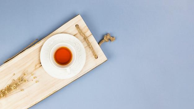 Vista superior do copo de chá na bandeja de madeira