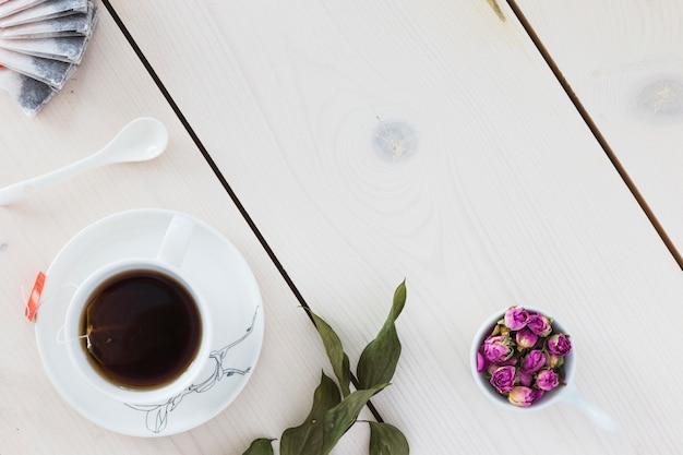 Vista superior do copo de chá na mesa de madeira