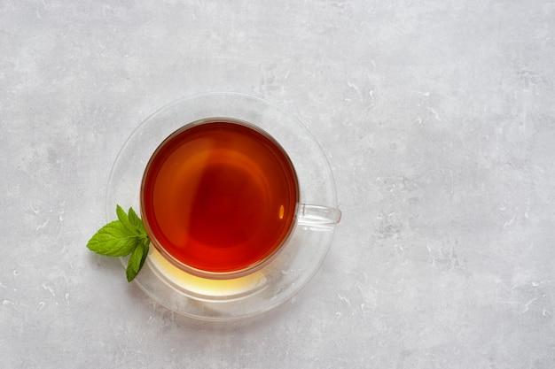 Vista superior do copo de vidro com chá na luz