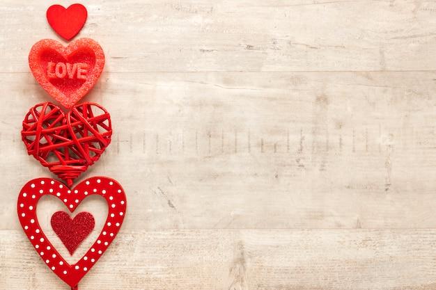 Vista superior do coração com espaço de cópia no fundo de madeira