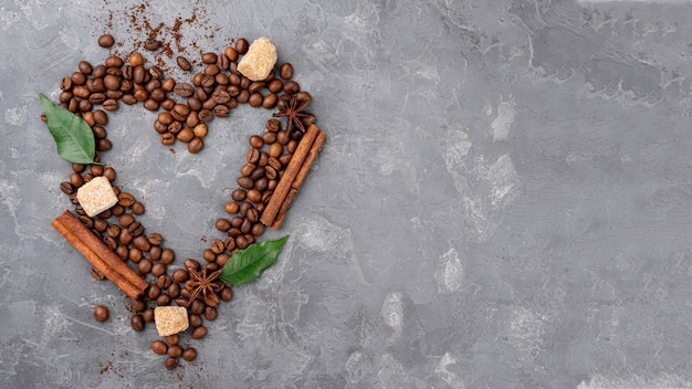 Vista superior do coração de grãos de café com espaço de cópia