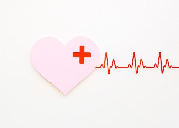 Vista superior do coração de papel com batimento cardíaco