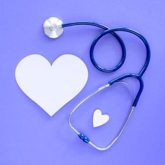 Vista superior do coração de papel com estetoscópio