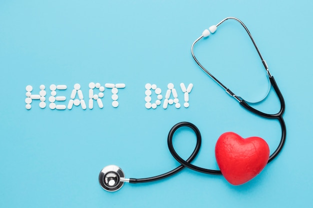 Vista superior do coração dia mundial com estetoscópio