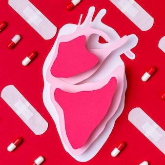 Vista superior do coração dia mundial com pílulas