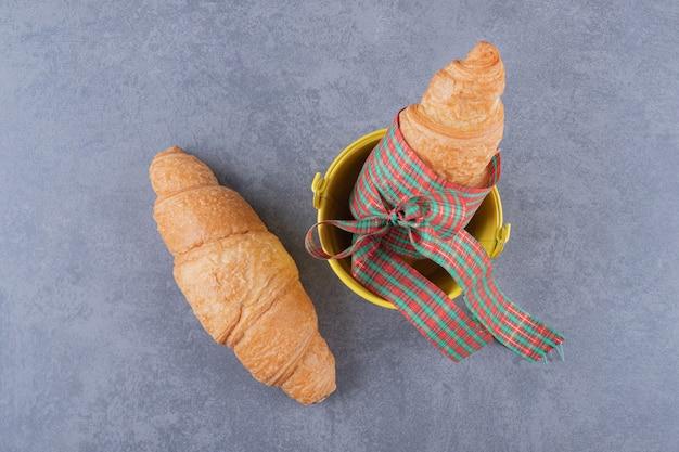 Vista superior do croissant dois sobre fundo cinza.