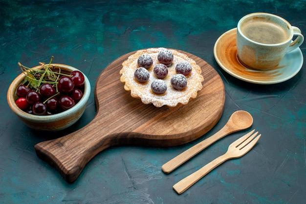 Vista superior do cupcake com café e prato cheio de cerejas