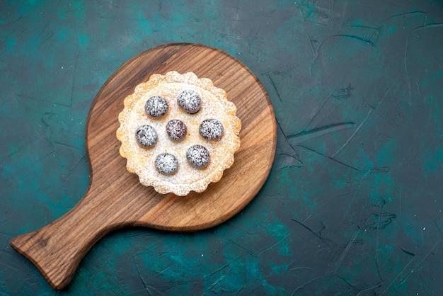 Vista superior do cupcake com cerejas na mesa,