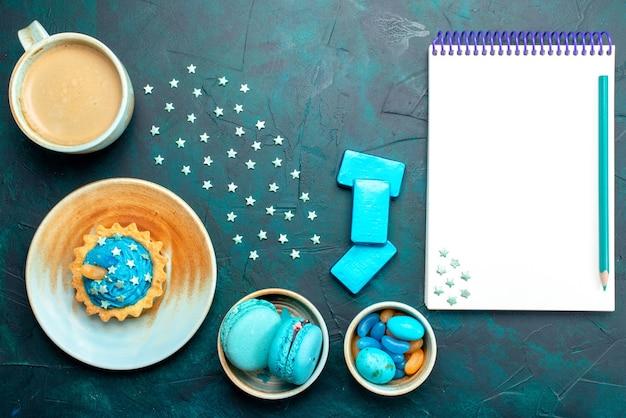 Vista superior do cupcake com estrelas ao lado de coisas gostosas e caderno