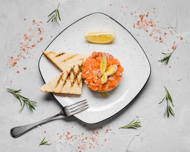 Vista superior do delicioso aperitivo de salmão