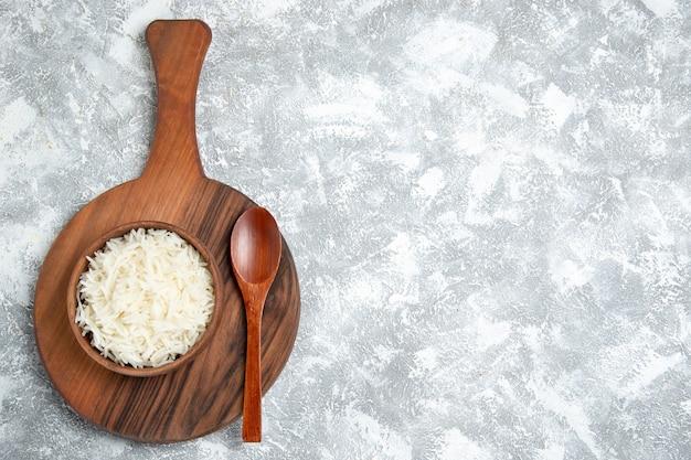 Vista superior do delicioso arroz cozido dentro do prato na mesa branca