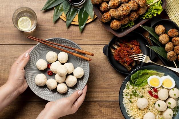 Vista superior do delicioso bakso indonésio