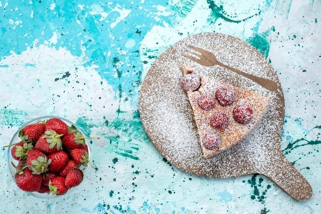 Vista superior do delicioso bolo de morango fatiado delicioso bolo de açúcar em pó em uma mesa azul brilhante, bolo de frutas vermelhas