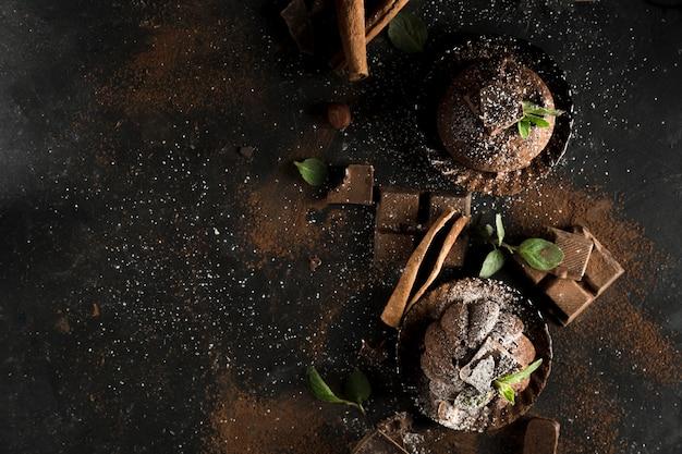 Vista superior do delicioso conceito de chocolate com espaço de cópia