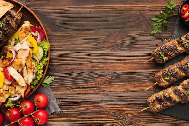 Vista superior do delicioso kebab com outros pratos e copie o espaço