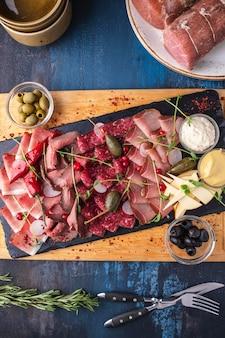 Vista superior do delicioso presunto, salame, salsichas e presunto de tábua de carne.