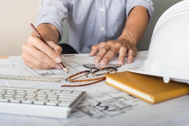 Vista superior do desenho do arquiteto em projeto arquitetônico, projetando com lápis nos desenhos urbanos. planejamento doméstico, planos arquitetônicos