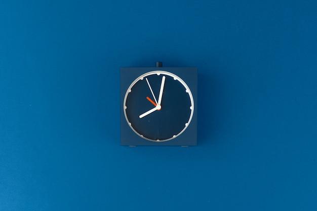 Vista superior do despertador no fundo azul clássico
