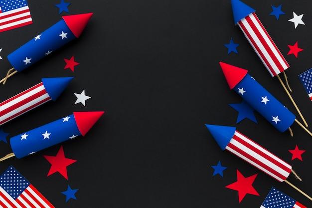 Vista superior do dia da independência de fogos de artifício com estrelas e bandeiras americanas