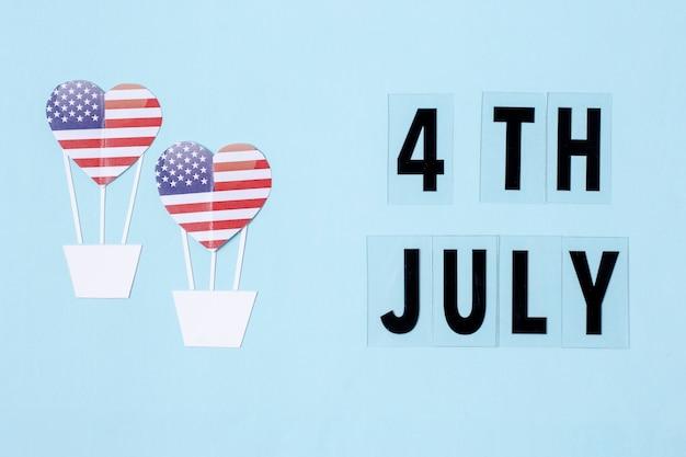 Vista superior do dia da independência decorações com corações e letras de 4 de julho