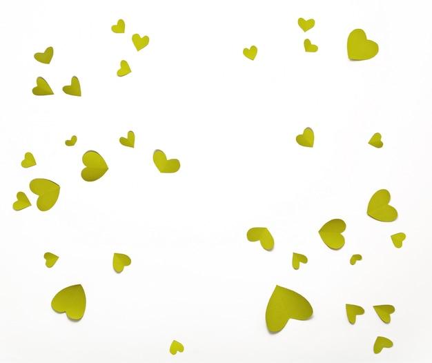 Vista superior do dia dos namorados decorações plana leigos. corações verdes amarelos. feliz dia dos namorados banner