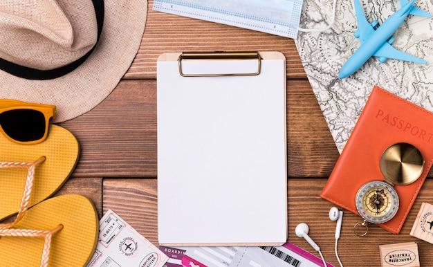 Vista superior do dia mundial do turismo com passaporte