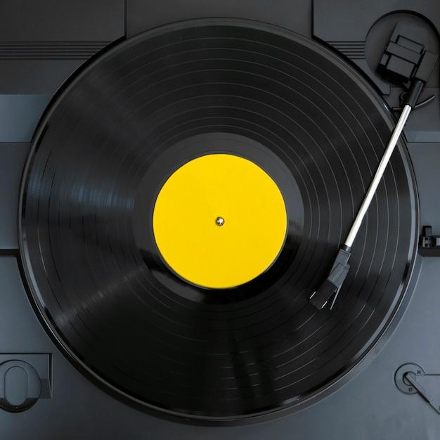 Vista superior do disco de vinil em reprodução