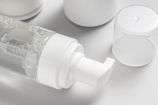 Vista superior do distribuidor de garrafa de plástico no fundo cinza