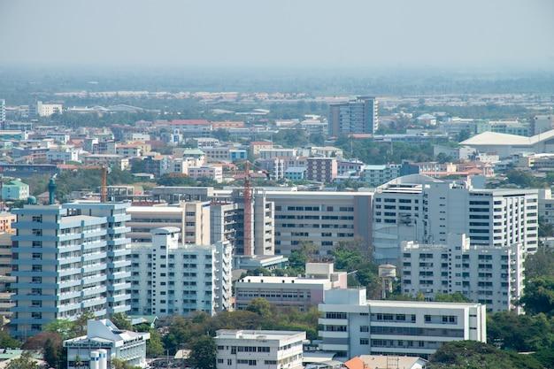 Vista superior do edifício e poluição.