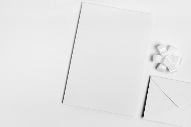 Vista superior do envelope branco e arco