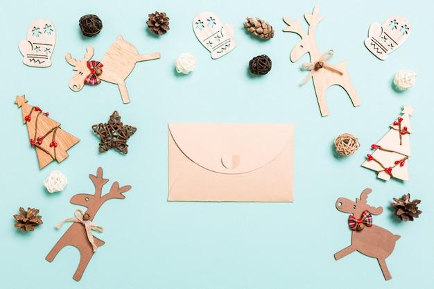 Vista superior do envelope. decorações de ano novo. conceito de férias de natal