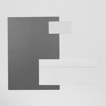 Vista superior do envelope e arranjo do cartão