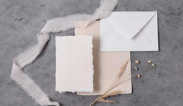 Vista superior do envelope e flores