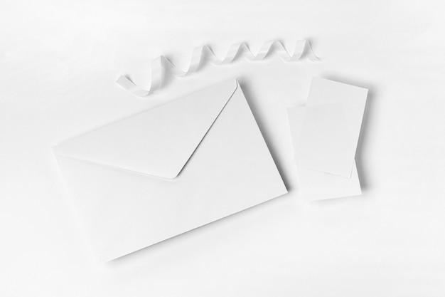 Vista superior do envelope em fundo branco