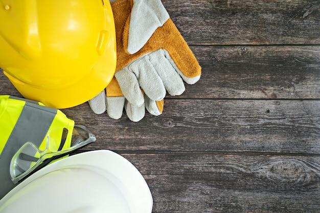 Vista superior do equipamento da ferramenta de trabalho no fundo da mesa de madeira.