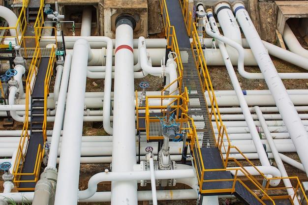 Vista superior do equipamento da refinaria para as válvulas de óleo e gás da tubulação na válvula de segurança de pressão da planta de gás seletiva
