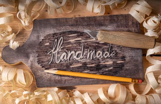 Vista superior do equipamento de trabalhos de artesãos e palavras feitas à mão em madeira
