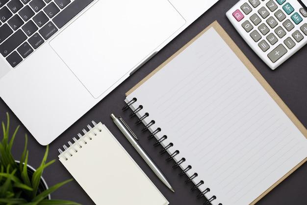 Vista superior do escritório de negócios em preto com espaço vazio para informações de texto