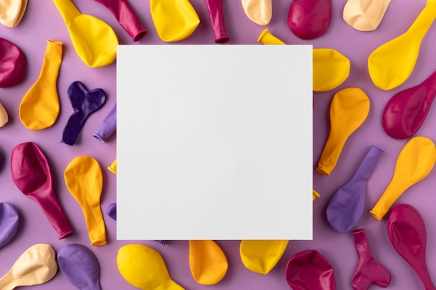 Vista superior do espaço da cópia do cartão quadrado dos balões coloridos