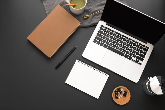 Vista superior do espaço de trabalho com agenda e laptop