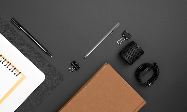 Vista superior do espaço de trabalho com agenda e notebook