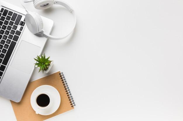 Vista superior do espaço de trabalho com espaço para laptop e cópia